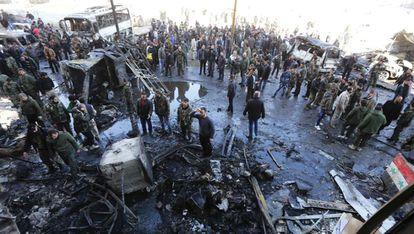 Soldados do regime e vizinhos no local do atentado no bairro da o Saida Zainab.