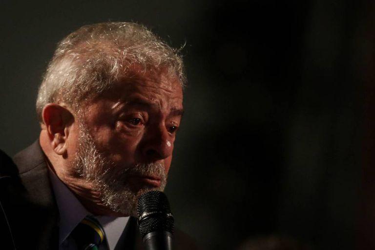 O ex-presidente Lula discursa em Curitiba, em 10 de maio.