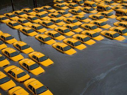 Estacionamento de táxi em Hoboken, Nova Jersey, inundado após a passagem do furacão Sandy, em 2012.