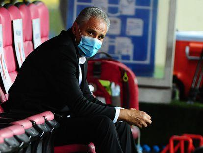 Tite, atual treinador da seleção, na partida contra o Equador em Porto Alegre, na última sexta (4)