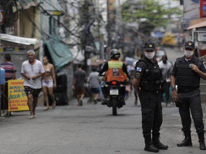 Policiais de máscara fazem patrulha na Rocinha