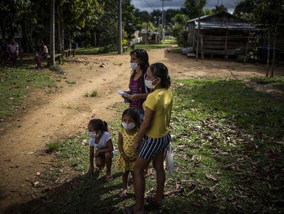 Moradores de uma comunidade rural de Manaus.