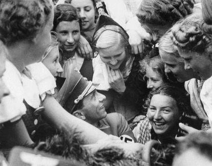 Joseph Goebbels rodeado de mulheres em Nuremberg, em 1938.
