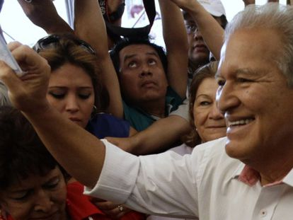 Salvador Sánchez Cerén vota neste domingo.