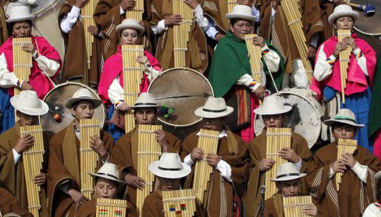 Músicos indígenas em uma cerimônia em Tiahuanaco.