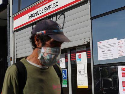 Um homem passa em frente a um escritório de emprego em Madri.