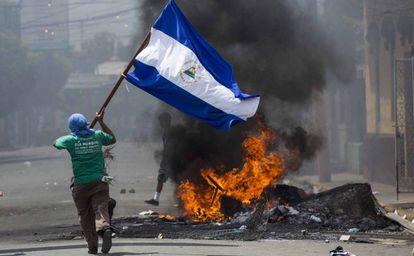 Jovem corre com bandeira nicaraguense