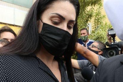 Monique Medeiros, mãe do menino Henry Borel, deixa delegacia no Rio de Janeiro após prestar depoimento sobre a morte do menino de 4 anos.