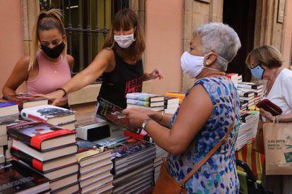 Clientes com máscara em feira de livros Sabadell, na região de Barcelona, em 23 de julho.