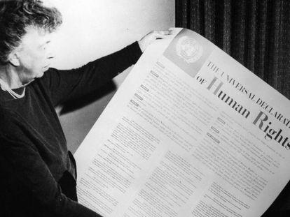 Eleanor Roosevelt segura a Declaração Universal dos Direitos Humanos das Nações Unidas.