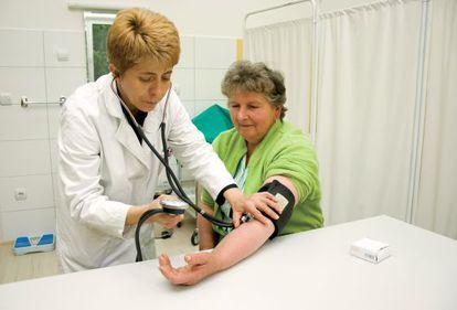Médica e sua paciente em uma consulta.
