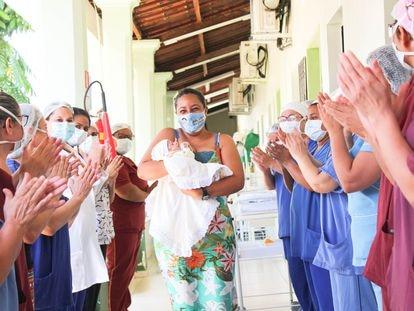 Maryane da Rocha Santos deixa o hospital com o filho, José Bernardo.