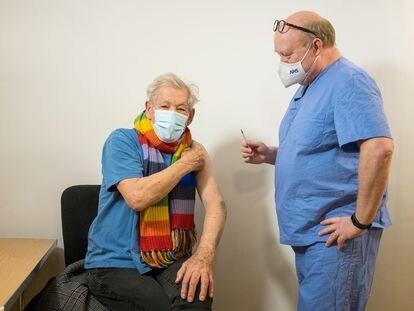 O ator britânico Ian McKellen, de 81 anos, recebe uma dose da vacina da Pfizer/BioNTech na quarta-feira em um hospital de Londres.