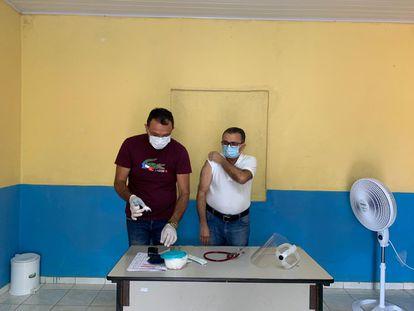 O médico da família Sávio Pinheiro recebe a primeira dose da Coronavac no interior do Ceará.