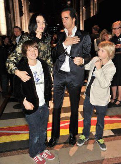 Susie Bick e Nick Cave com seus filhos, Earl, e à direita, Arthur, em uma imagem de 2012.
