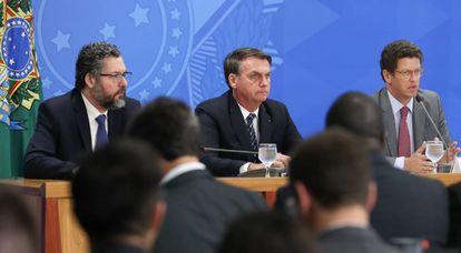 O presidente Jair Bolsonaro entre os ministros Ernesto Araújo e Ricardo Salles.