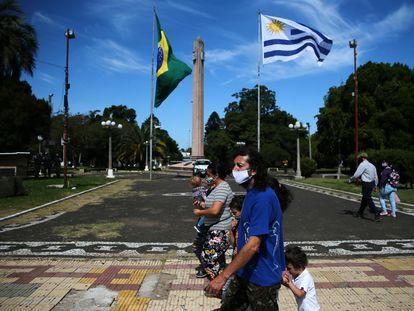 Pedestres na praça Internacional, área fronteiriça entre Santana do Livramento (Brasil) e Rivera (Uruguai), em 19 de março.