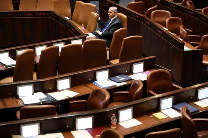 O primeiro-ministro em final de mandato de Israel, Benjamin Netanyahu, no Knesset (Parlamento), em Jerusalém em 13 de junho.