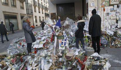 Flores na sede do semanário Charlie Hebdo, em Paris, em 7 de fevereiro.
