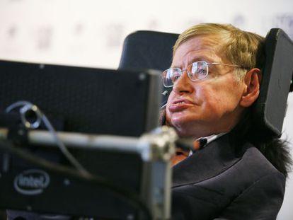 O físico Stephen Hawking concede entrevista coletiva à imprensa galega no Hotel Porta do Camiño, durante sua visita a Santiago da Compostela.