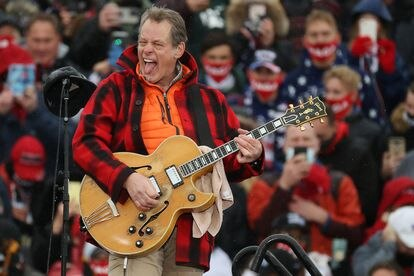 O roqueiro Ted Nugent interpreta o hino norte-americano em um comício de Donald Trump durante a campanha presidencial de 2020.
