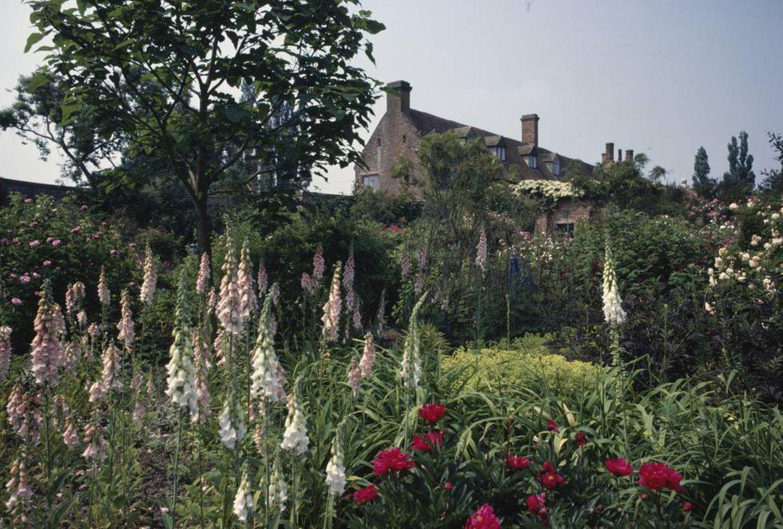 """O jardim de Sissinghurst, organizado em diferentes áreas, foi desenhado por Harold, enquanto o plantio foi trabalho de Vita. """"Era uma maneira de completar seus livros, assim como a mão esquerda completa a direita quando se toca piano"""", conta o filho de ambos em um livro."""