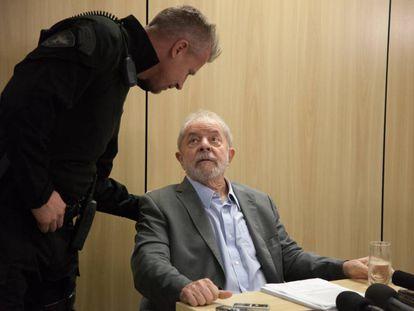 O ex-presidente com o agente da PF responsável por sua carceragem.