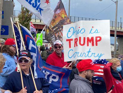Partidários de Donald Trump esperam a chegada do democrata Joe Biden, em 30 de setembro, em Alliance (Ohio).