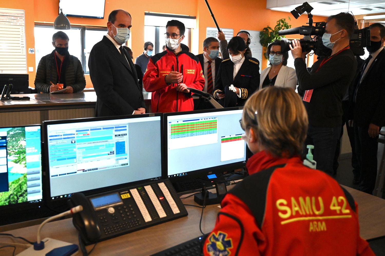 O primeiro-ministro da França, Jean Castex, conversa com funcionários de um pronto-socorro em Saint-Etienne (sudeste).
