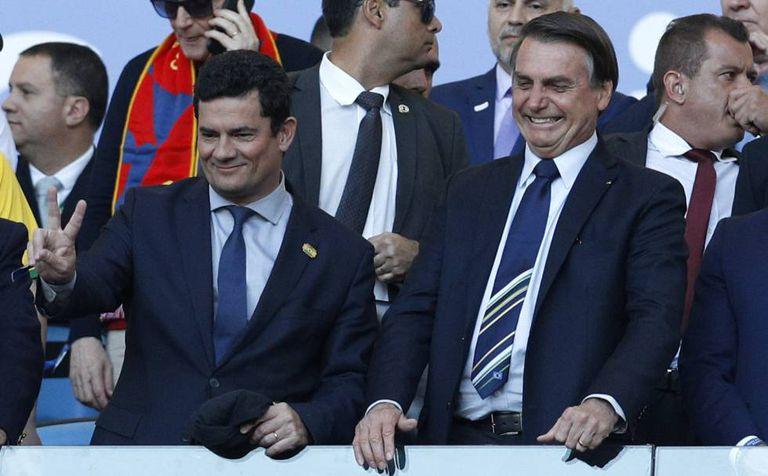Sergio Moro e Jair Bolsonaro posam juntos no dia 7 de julho durante jogo da Copa América.