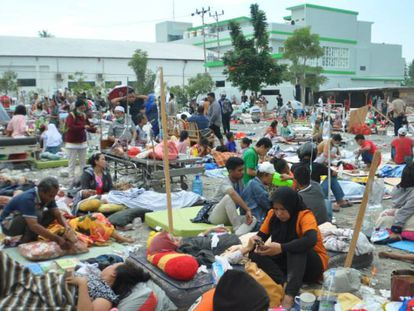 Equipes médicas atendem os feridos pelo terremoto e o tsunami da Indonésia
