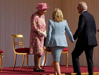 A rainha Elizabeth II cumprimenta o presidente Joe Biden e sua esposa, Jill, no castelo de Windsor, em Londres, em 13 de junho.