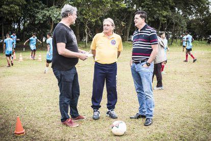 O presidente Paulo Sérgio Moura, o gerente Écio Pasca e o técnico Roderlei Pachani, que descobriu Diego Costa, conversam durante o treino do Barcelona Capela.