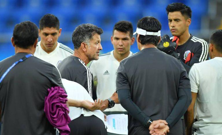 O treinador Osorio instrui a seleção mexicana durante treinamento.