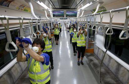 Trabalhos de desinfecção em um vagão do metro de Seul, na Coreia do Sul, depois do surto da MERS de 2015.