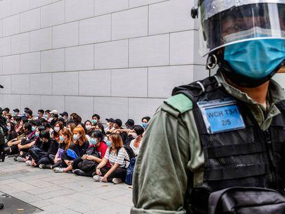 Um grupo de pessoas detidas pela polícia de Hong Kong, em maio.