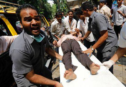 Uma das pessoas feridas no tumulto foi levada a um hospital de Bombaim.