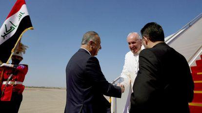 O papa Francisco desembarca do avião pontifício no aeroporto de Bagdá, nesta sexta-feira. Em vídeo, a chegada de Francisco ao Iraque.
