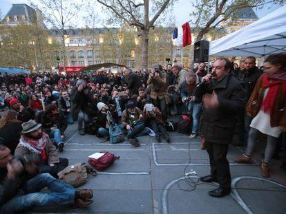 Philippe Martinez, secretário-geral da CGT, fala na assembleia do NuitDebout na quinta-feira em Paris.