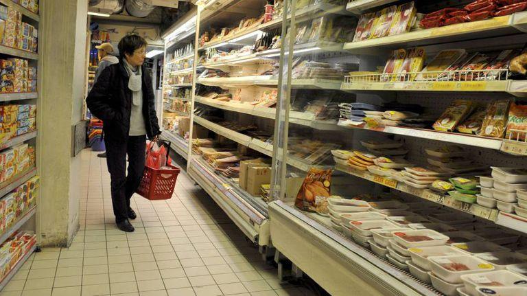 Cliente observa as prateleiras de um supermercado.