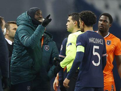 Demba Ba discute com o árbitro romeno Hategan no Parque dos Príncipes.