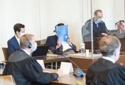 Bruno Dey, de 93 anos, esconde o rosto com uma pasta durante seu julgamento em Hamburgo. DANIEL BOCKWOLDT