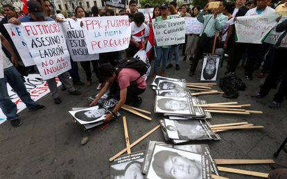 Protesto contra o indulto a Alberto Fujimori em Lima, nesta segunda-feira.