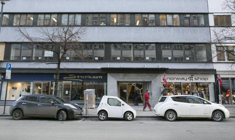 Vários carros elétricos carregam a bateria em uma rua do centro de Oslo.