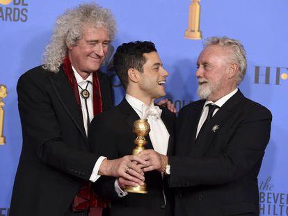 O ator Rami Malek entre os integrantes do 'Queen', Brian May (à esq.) e Roger Taylor (à dir.), após a premiação de 'Bohemian Rhapsody' no Globo de Ouro.