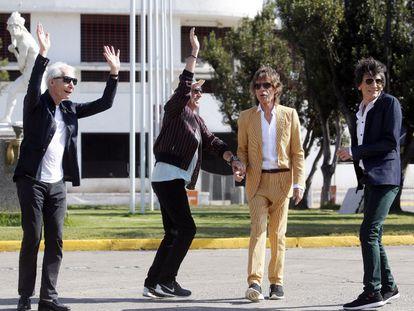 A banda britânica The Rolling Stones (e-d) Charlie Watts, Keith Richards, Mick Jagger e Rum Wood perto do estádio Nacional Santiago de Chile (Chile).