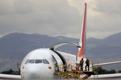 Processo de carregamento de um avião da Avianca, nesta segunda-feira em Bogotá.