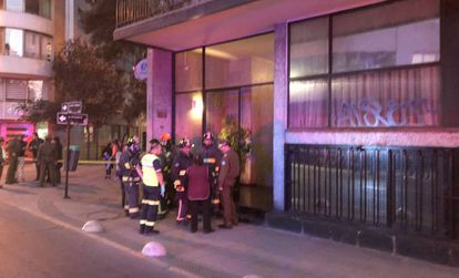 Os bombeiros em frente ao prédio onde ocorreu o incidente.