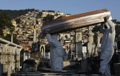 Coveiros carregam o caixão de Antonia Rodrigues, vítima do coronavírus no Rio.