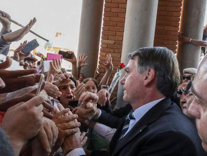 O presidente Jair Bolsonaro saudando a simpatizantes em Aparecida (Brasil).